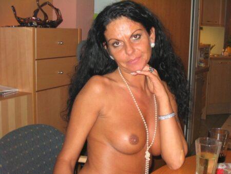 Femme infidèle sexy docile pour mec qui aime soumettre fréquemment libre